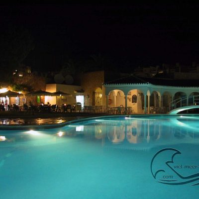 The pool by night - in the season you can eat beside the illuminated pool